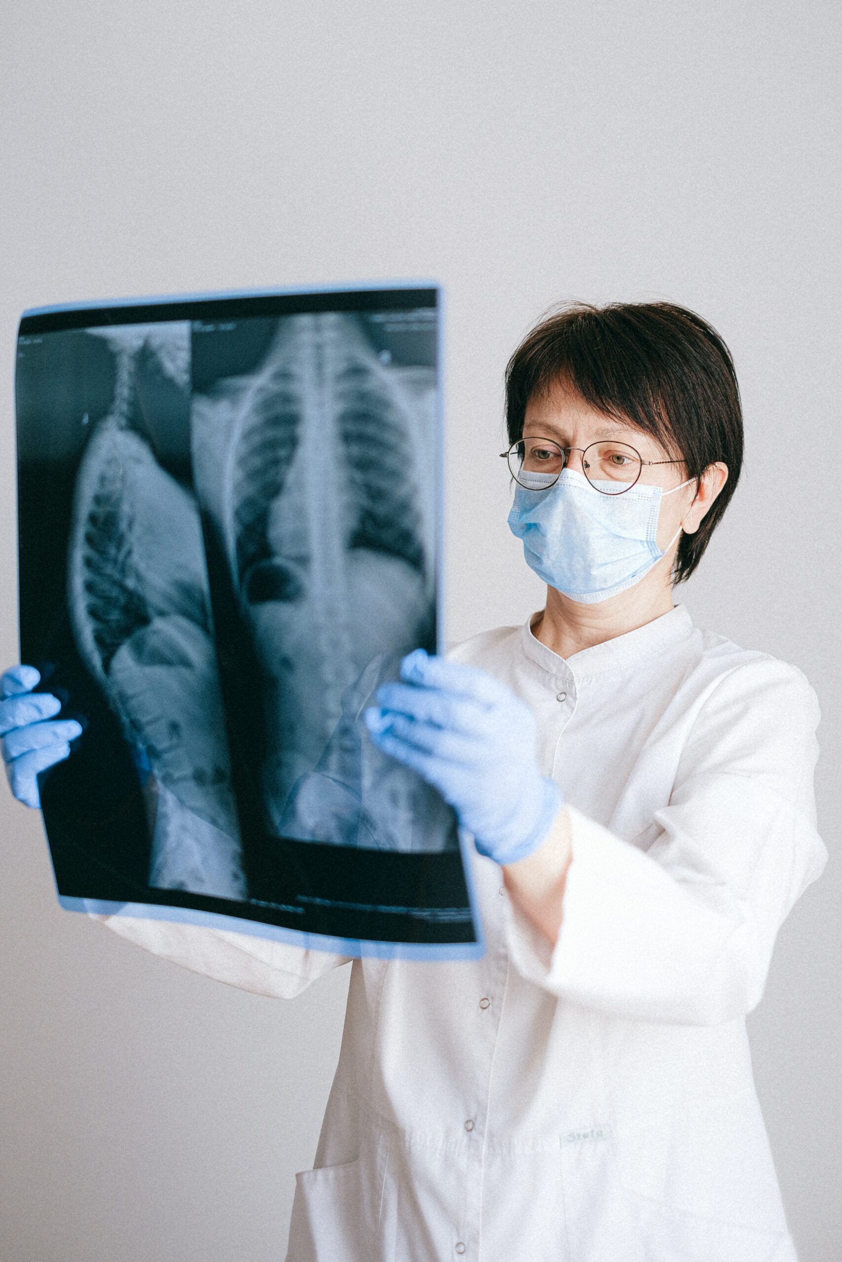 doctor and  a photo of lungs